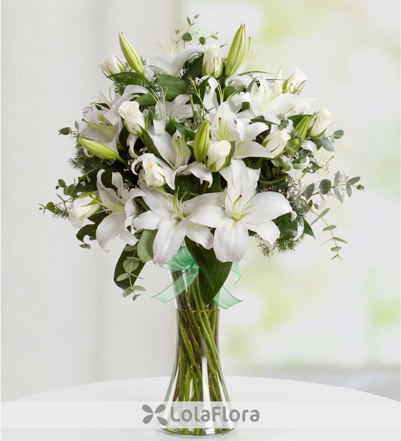 Mazzo Di Fiori 30 Euro.White Rose Lily Bouquet Elegant Floral Gifts On Lolaflora