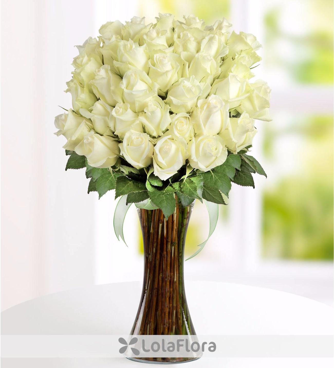 41 Rosas Blancas Y Hojas Verdes En Florero De Cristal Con Lazo