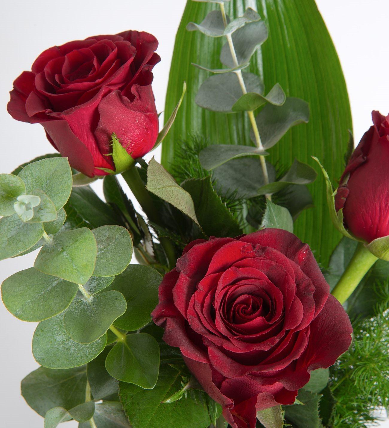 Trío De Tres Rosas Rojas Y Hojas Verdes En Florero De Cristal