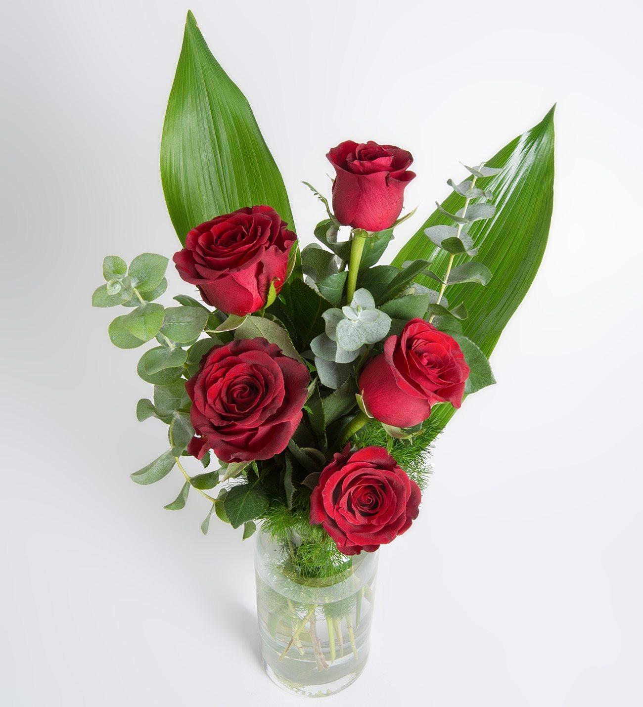 Ramillete 5 Rosas Rojas Y Hojas Verdes En Jarrón De Cristal