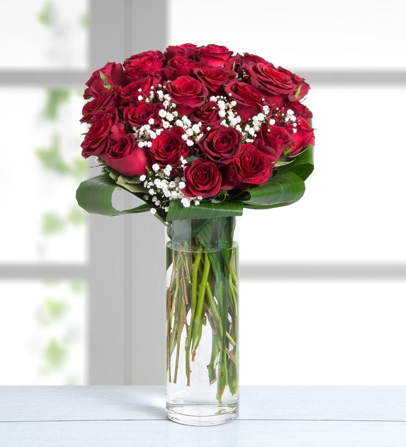 Composición De 30 Rosas Rojas Con Detalles En Fino Florero