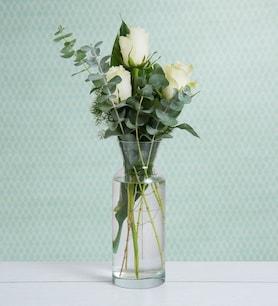 Arreglo Sencillo 3 Rosas Blancas Y Sobrio Florero De Cristal