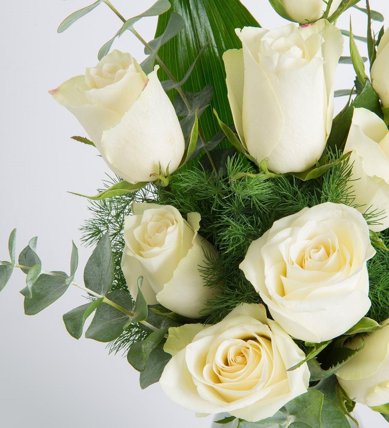 11 Rosas Blancas En Follaje Verde Sobre Florero De Cristal