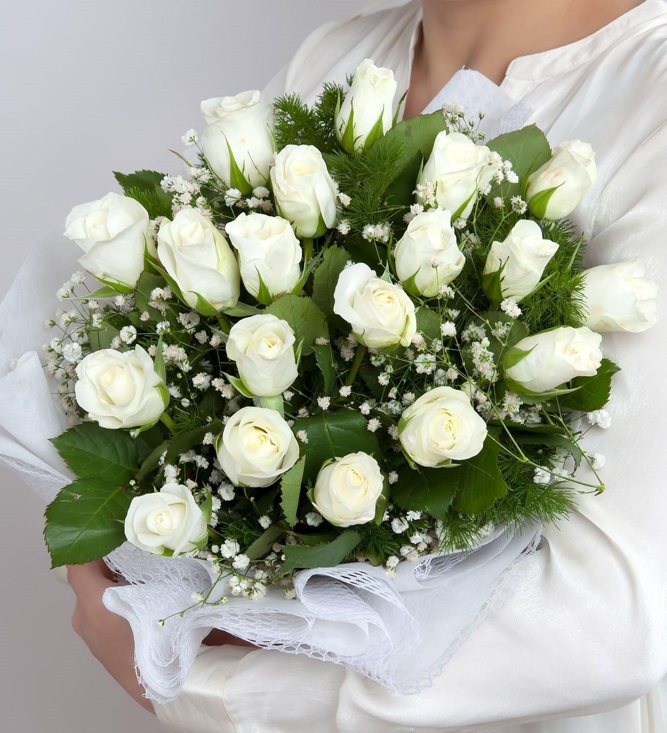 19 Rosas Frescas Blancas Envueltas En Género