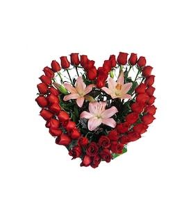 feb4a1735787d Tierno Corazón con 48 Rosas y Lilis de Flores Nicté